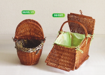 Basket with hood and lining